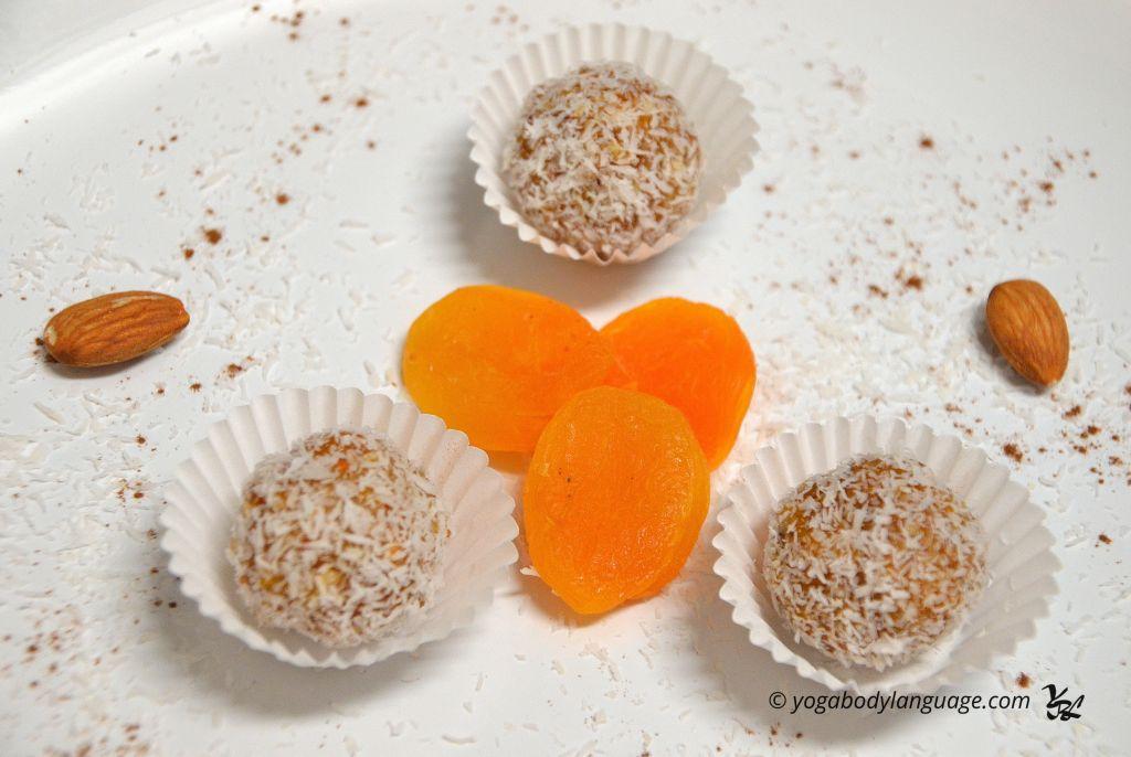 Сладкие кокосовые шарики из кураги - ведические индийские сладости